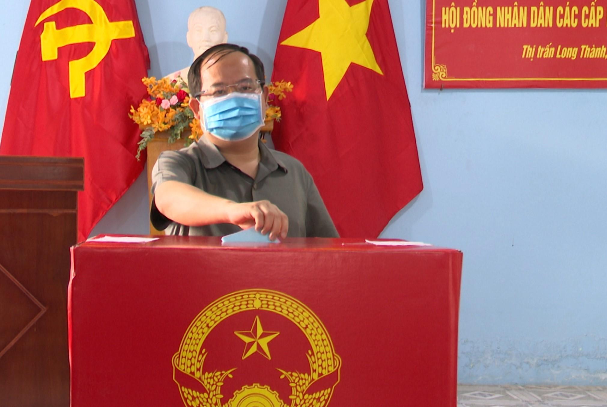 Phó bí thư Tỉnh ủy Quản Minh Cường bỏ phiếu bầu cử tại H.Long Thành